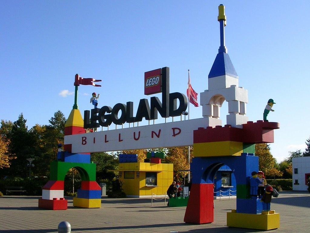 Парк полностью сделан из деталей конструктора LEGO