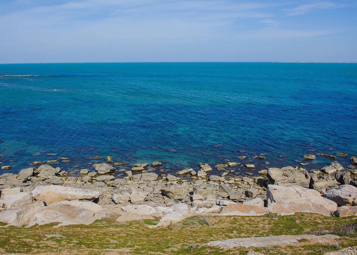 Каспийское море не имеет прямого выхода в Мировой океан, а связано с ним лишь через реку Волгу