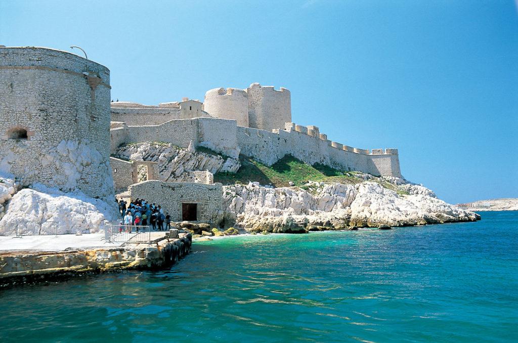 Замок Иф расположен во Франции, на небольшом белокаменном острове в Средиземном море