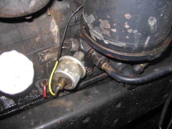 Датчик давления масла автомобиля КАМАЗ расположен на кронштейне установки масляных фильтров