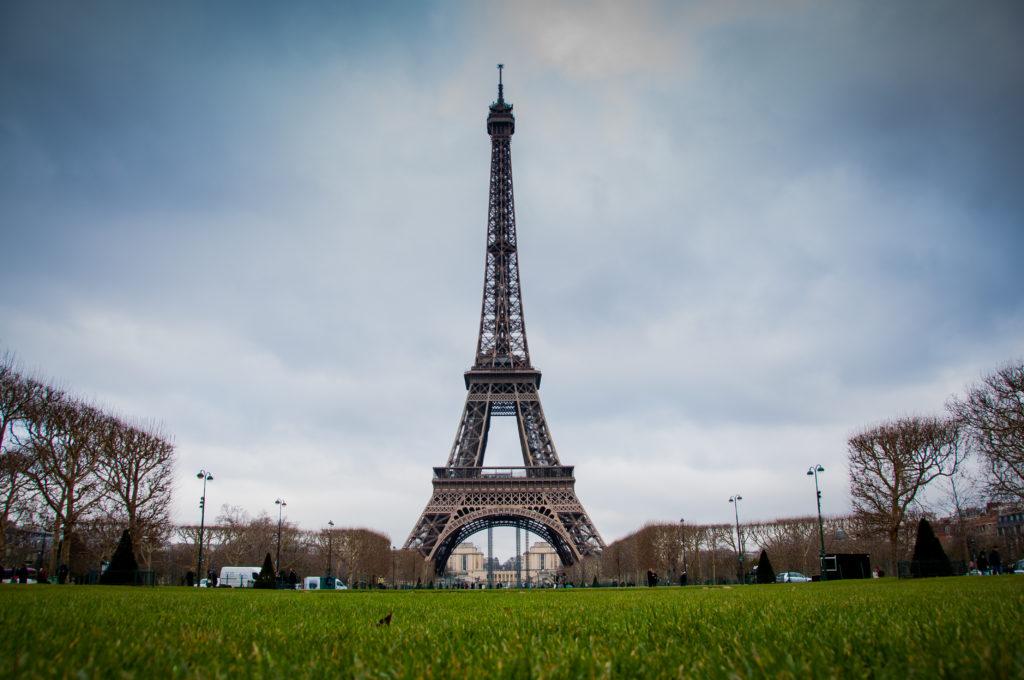 Где находится Эйфелева башня? На какой улице?