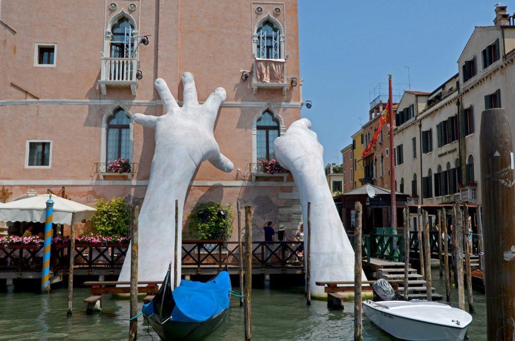 скульптура Руки из воды