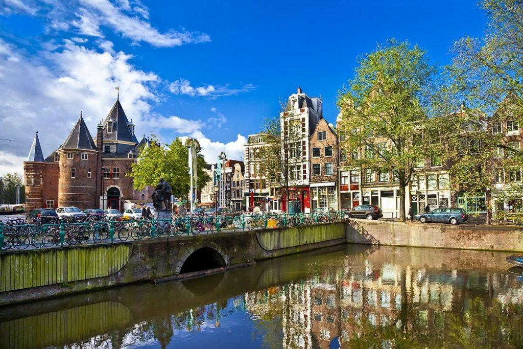 Где находится Амстердам - в какой стране на карте мира?